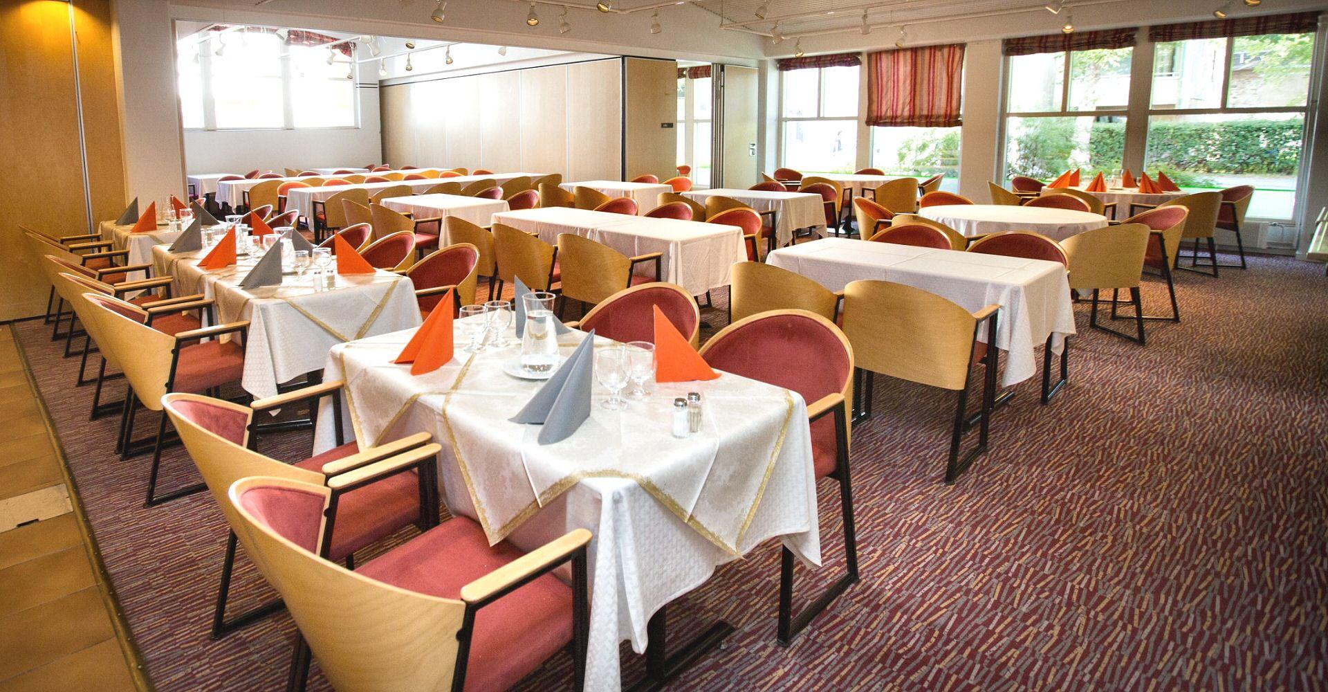 Ravintola Liisanpuiston muuntautumiskykyinen, valoisa ja viihtyisä ravintolasali on sopiva 120 henkilön tilaisuuksiin. Tila on jaettavissa erikokoisiin neuvottelu/kabinettitiloihin. Tarvittavat ruokailut ja kahvitukset onnistuvat tarpeidenne mukaan. Ravintolasta löytyy 20 henkilön kabinettila, jossa järjestyvät myös hyvin erilliset juhlatilaisuudet. 16 henkilön kabinettila, jossa rauhaisa