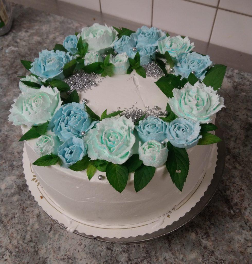 Kermakakku sinisellä ruususeppeleellä
