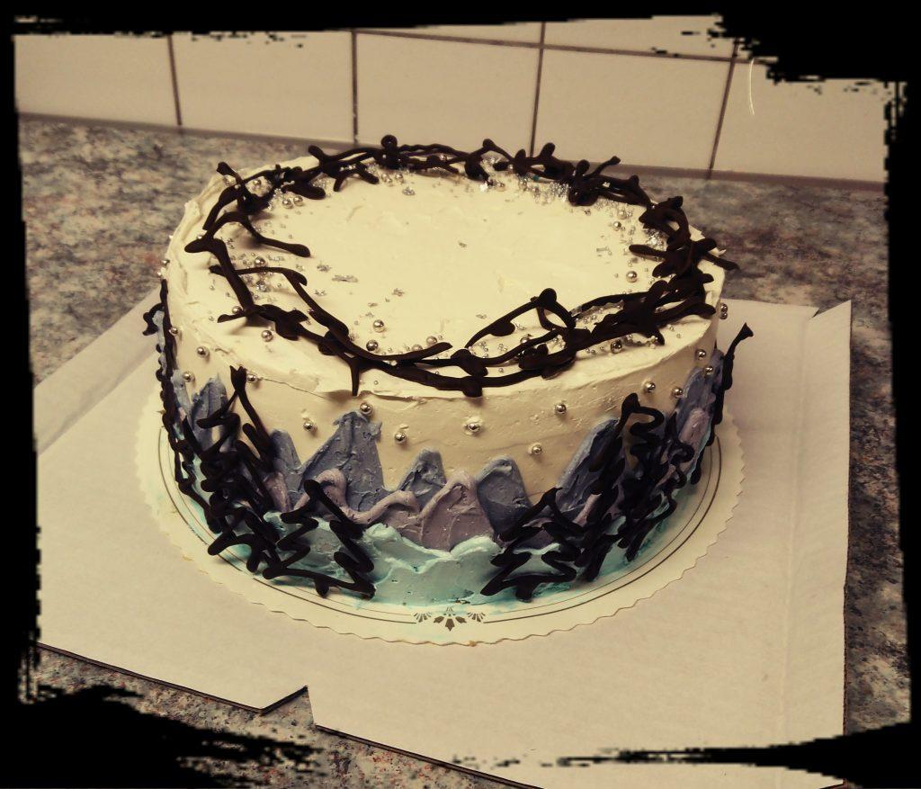 Riistaillallisen jälkiruuaksi syntynyt metsäteemainen kakku, sisällä tyrni-valkosuklaamousse.