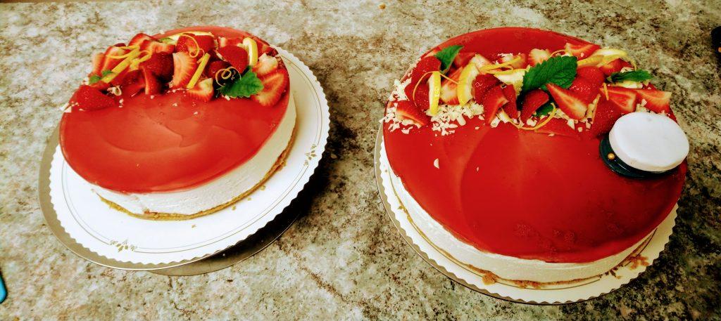 Sitruunajogurttimoussekakut mansikkakiilteellä, yo2019-koristeluin
